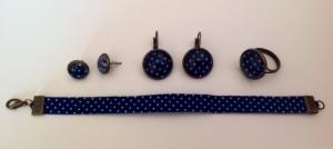 Boucles d'oreilles puces 8€. Boucles d'oreilles dormeuses 10€. Bague cabochon 10€. Bracelet en tissu 10€.