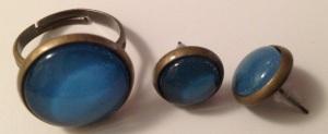 Boucles d'oreilles puces cabochon 10 mm bleus unis, fermoir en plastique transparent : 8€ la paire. Bague cabochon 16 mm, réglable 10€