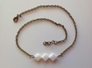Collier avec perles losange nacre 12€