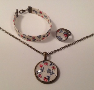Bracelet en tissu 10€.  Bague 10€.  Collier longueur de chaîne au choix 15€.