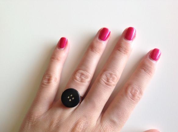 bague bouton noir