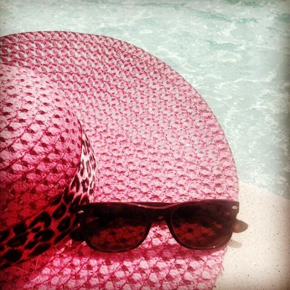 lunette de soleil et chapeau